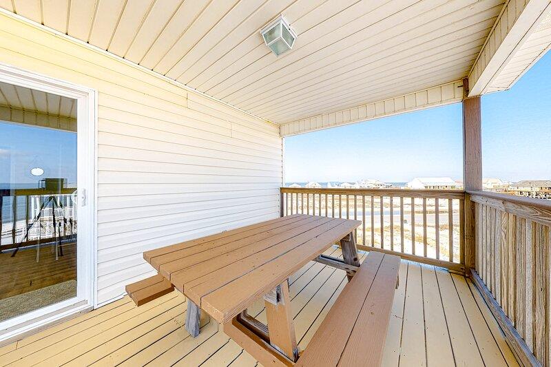 Spectacular Gulf-front home w/covered porch & views - on the beach, aluguéis de temporada em Grand Bay