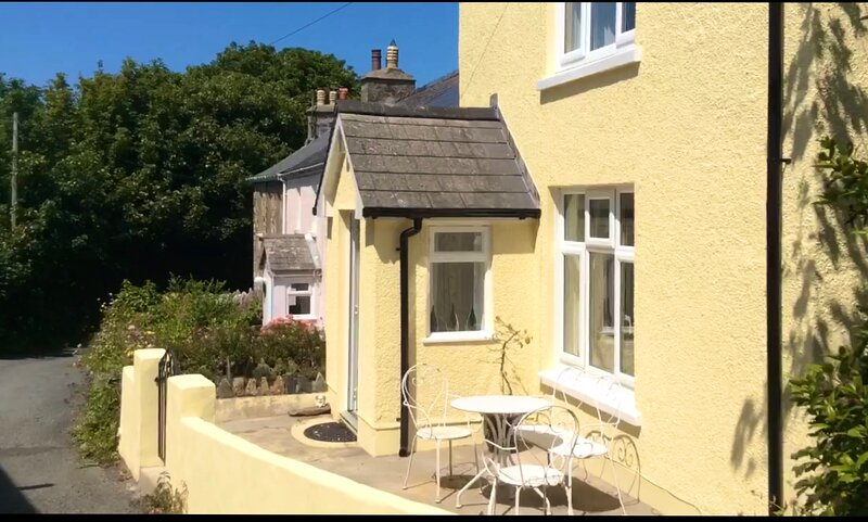 1 Tower Hill,8 mins walk to 2 beaches,sea views,gated access to the coastal path, alquiler vacacional en Newport -Trefdraeth