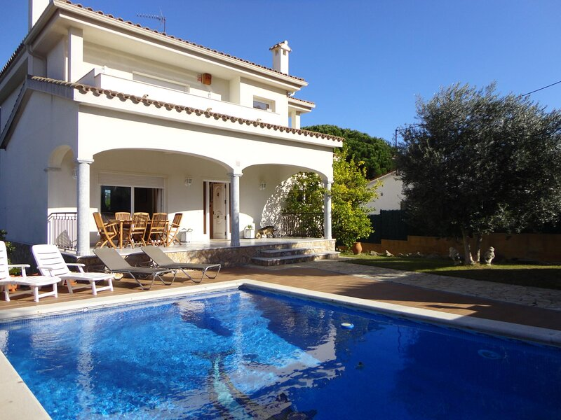 VILLA JONCS, WITH PRIVATE POOL, WIFI, PARKING, holiday rental in Solius