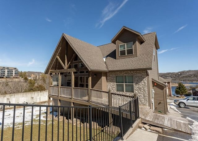 Stunning Lakefront Lodge on Indian Point! 7 BR, 6BA! Bring the Whole Family!!, location de vacances à Branson ouest
