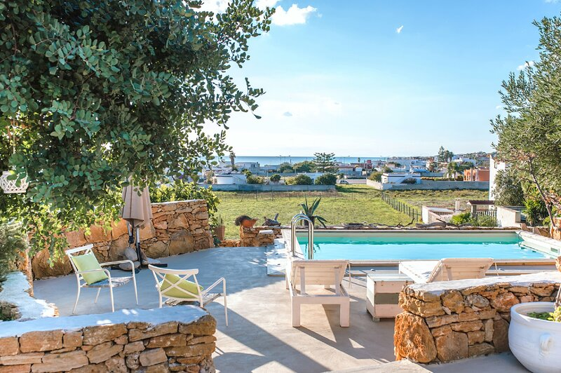 Torre Ovo Villa Sleeps 6 with Pool Air Con and WiFi - 5882923, vacation rental in Maruggio