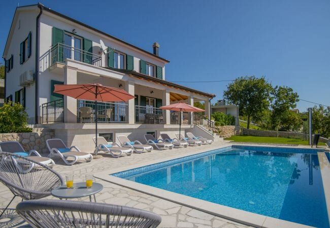 Dipici Villa Sleeps 11 with Pool Air Con and WiFi - 5882968, holiday rental in Donji Prolozac