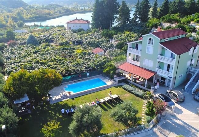 Peracko Blato Apartment Sleeps 5 with Pool Air Con and WiFi - 5882971, holiday rental in Otric-Seoci