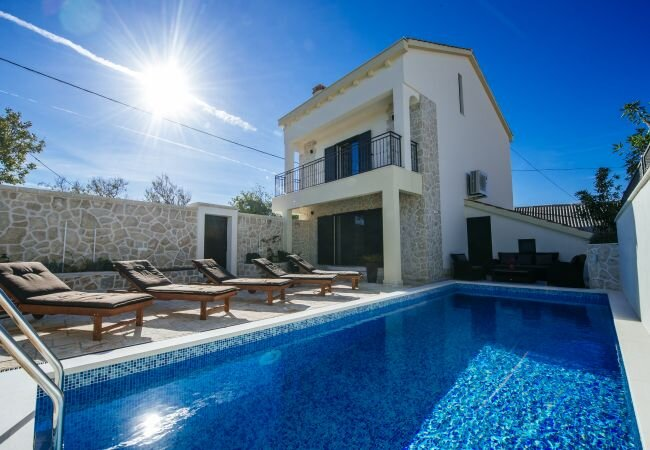 Magas Villa Sleeps 8 with Pool Air Con and WiFi - 5882973, holiday rental in Slivnica