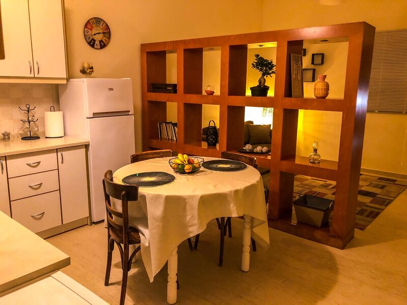 Apartment with garden by the sea, holiday rental in Anissaras