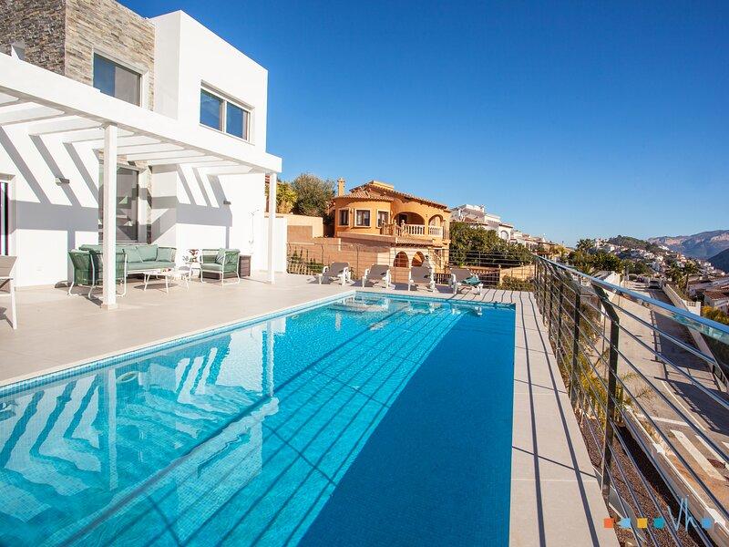 CASA AMELIA - espectacular villa moderna para 6 personas con vistas a la montaña, location de vacances à Llosa de Camacho