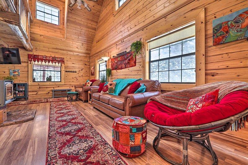 NEW! Rustic Duck Creek Village Cabin w/ Fire Pit!, alquiler vacacional en Duck Creek Village