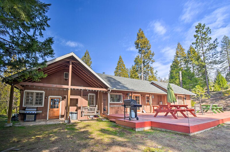 NEW! Authentic North Fork Cabin w/ Private Deck!, location de vacances à Coarsegold