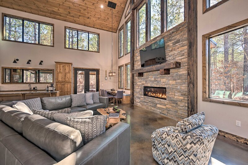 NEW! Luxe 'Lazy Dog Lodge' w/ Hot Tub + Pool Table, vacation rental in Hochatown