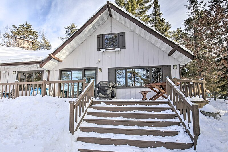 Lakeside Lodge w/ Deck, Sweeping Sunset Lake Views, holiday rental in Harshaw