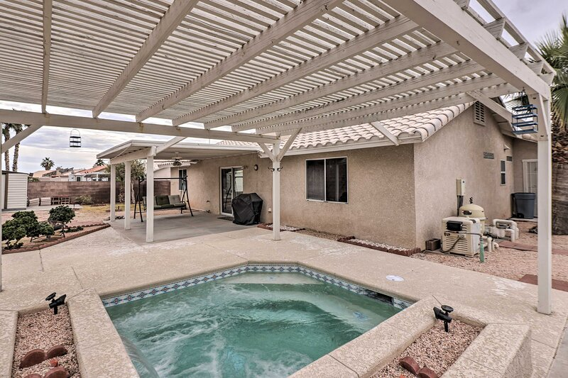 NEW! Fort Mohave Home w/ Hot Tub, 4 Mi to CO River, casa vacanza a Needles