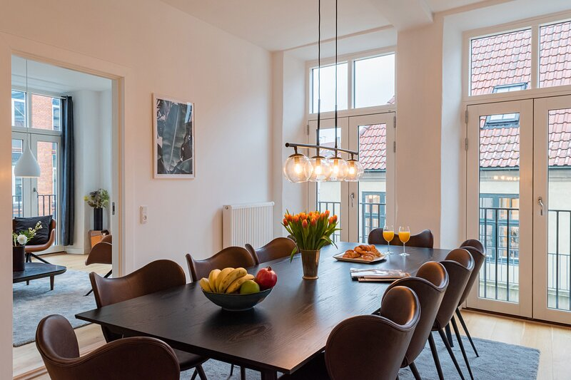 Gorgeous and Bright Centrally Located Four-bedroom Apartment, holiday rental in Copenhagen