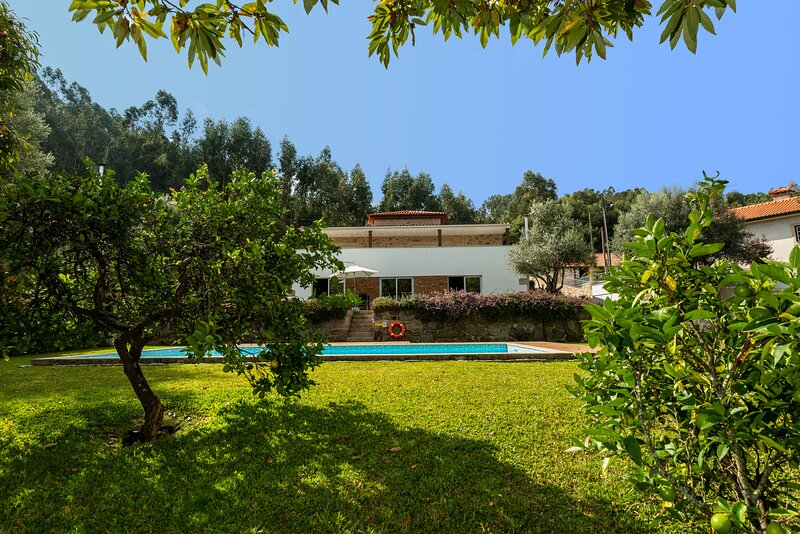 Charming villa with private swimming pool and garden, holiday rental in Balugaes