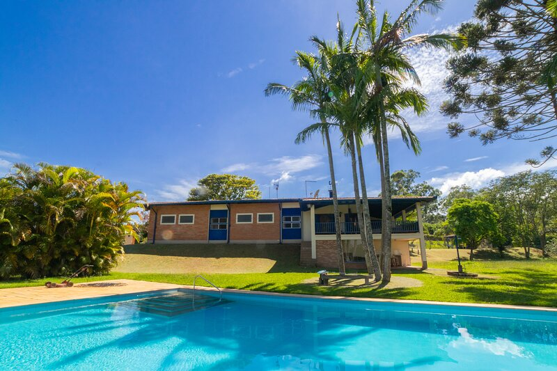 Chácara com churrasqueira e piscina em Cotia, holiday rental in Ibiuna