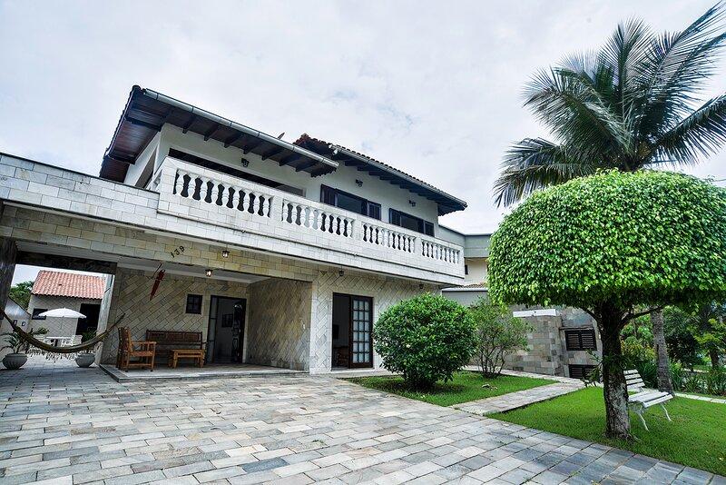 Casa com piscina e Wi-Fi em condomínio fechado, aluguéis de temporada em Bertioga