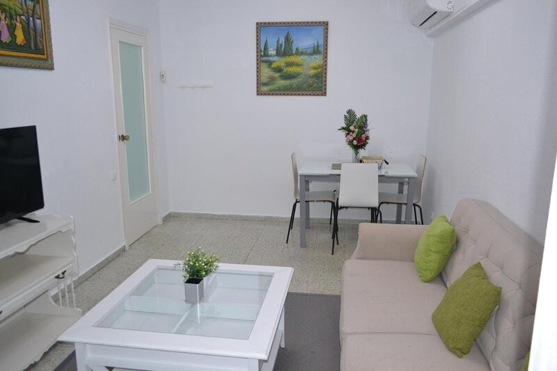 15 Minutes walk to the city centre and beach 3 bedroom Apartment Deluxe -esp1yr, holiday rental in Petrel