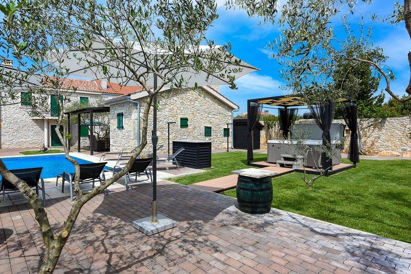 Stone Villa Adriaticum, in Dalmatia, with a Pool, location de vacances à Zaton