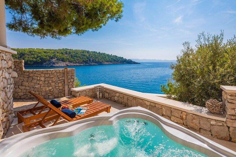 Beautiful Seafront Villa Al mare, in Dalmatia, holiday rental in Milna
