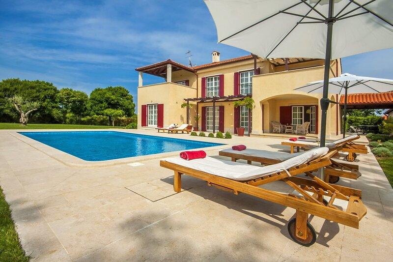 Beautiful Villa Mirna, in Istria, with a Pool, location de vacances à Jursici