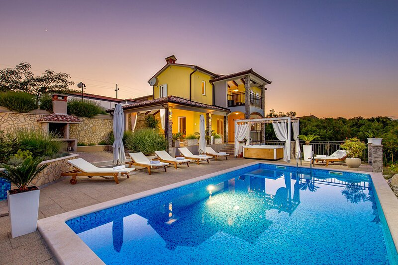 Beautiful Villa Emma Maria, with a Pool, alquiler de vacaciones en Prhati
