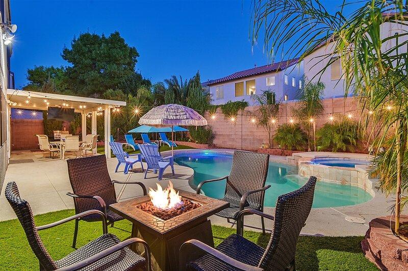 Luxury Pool Home! Sleeps up to 12 ~ Billards and lots of TV's, aluguéis de temporada em Henderson