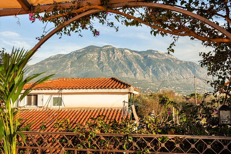 Bougainvillea house with view near the beach, holiday rental in Artemisia