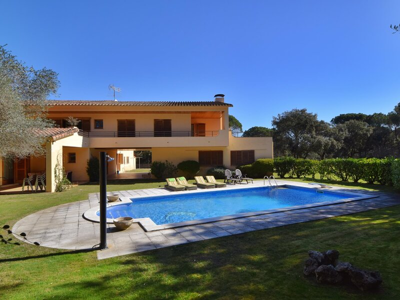 FANTASTIC VILLA WITH PRIVATE POOL AND TENNIS COURT, BIG GARDEN, WIFI, PARKING, holiday rental in Romanya de la Selva