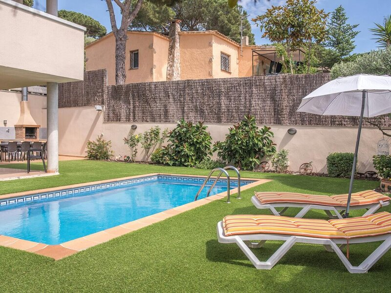VILLA TOPAZIO- FOR 13 PEOPLE WITH PRIVATE POOL, PARKING, WIFI, alquiler vacacional en Platja d'Aro