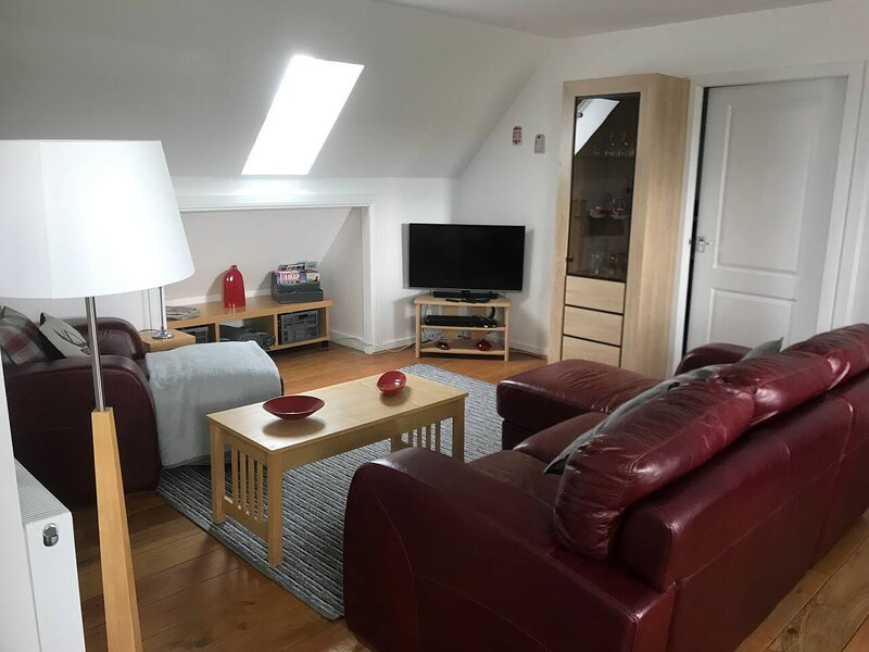 Remarkable 2-Bed Apartment in Stirling, vacation rental in Banknock