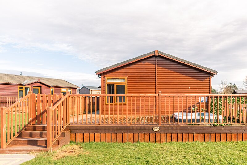 Chestnut Lodge with Hot Tub, vacation rental in Burythorpe