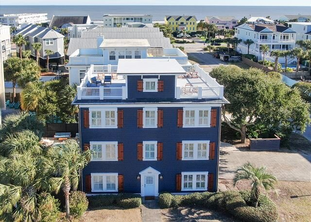 Blue Haven: Rooftop Lounge, Pool, and One Block from Beack, alquiler de vacaciones en Isle of Palms