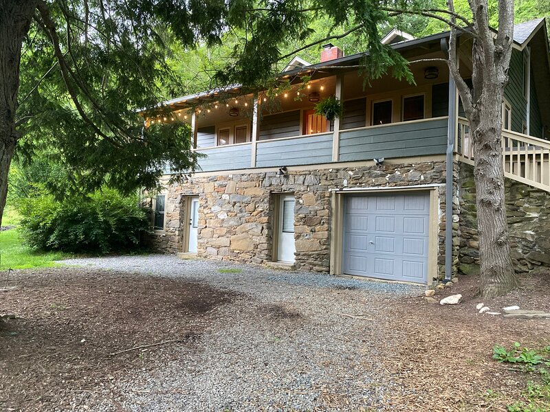 Newly Renovated Studio in Historic Grovemont!, alquiler de vacaciones en Swannanoa