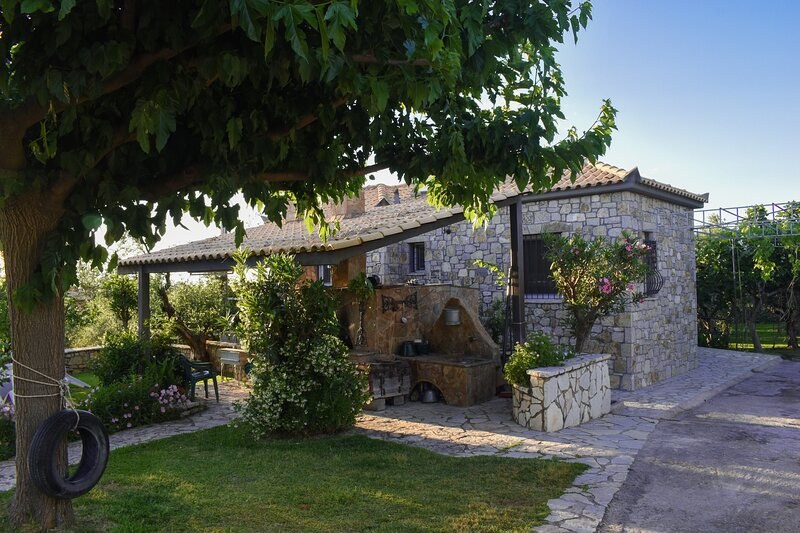 Stone house with garden 1km to  the beach, location de vacances à Avia