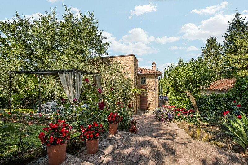 Villa in Monterchi,a former watchtower,Swimming pool,Hot tub,A/C,Wi-Fi,view 10p, holiday rental in Monterchi