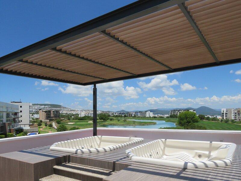 Large Golf Course View Apartment, location de vacances à Queretaro