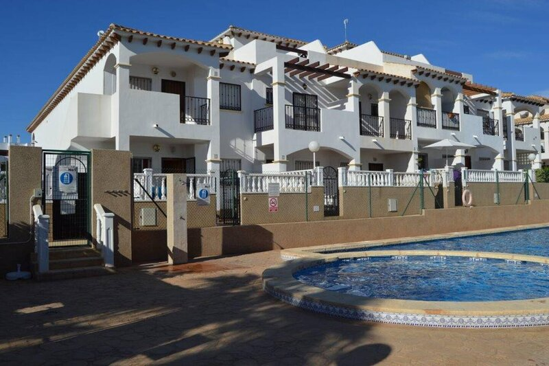 Relaxing 2-Bed Apartment in Punta Prima, holiday rental in Punta Prima