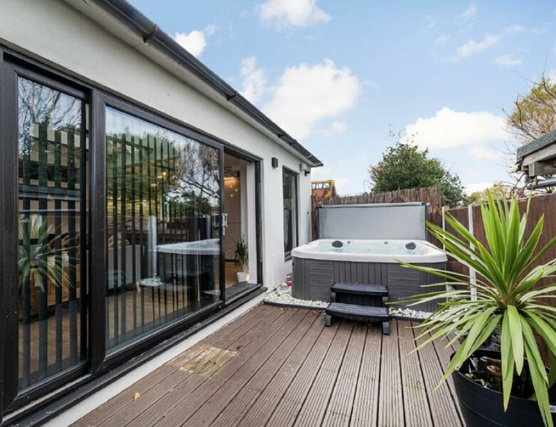 The Broadway Beach House with Jacuzzi Spa, holiday rental in Herne