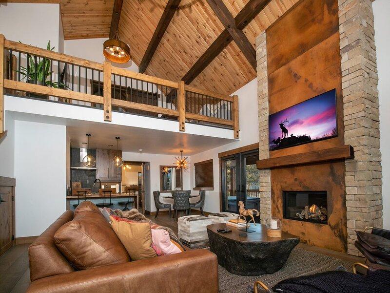 Blissful Mountain Getaway - Jacuzzi, Steps to Lake Estes, alquiler de vacaciones en Glen Haven
