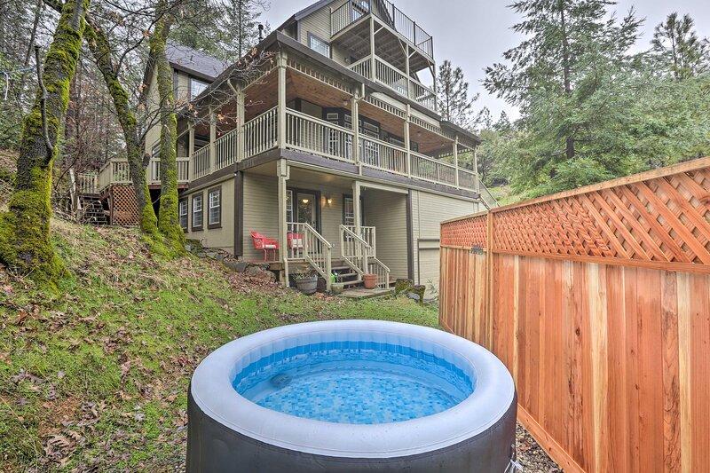 Peaceful Applegate Guest Suite w/ Private Hot Tub!, alquiler vacacional en Pilot Hill