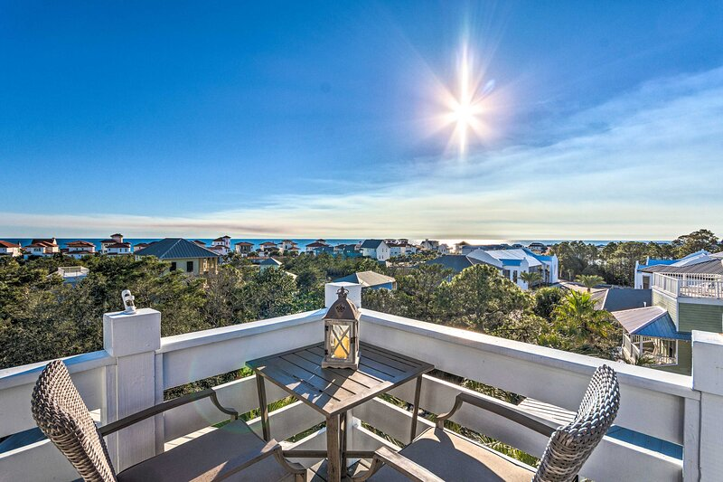 NEW! Santa Rosa Beach Oasis w/ Rooftop Deck Views!, aluguéis de temporada em Seaside