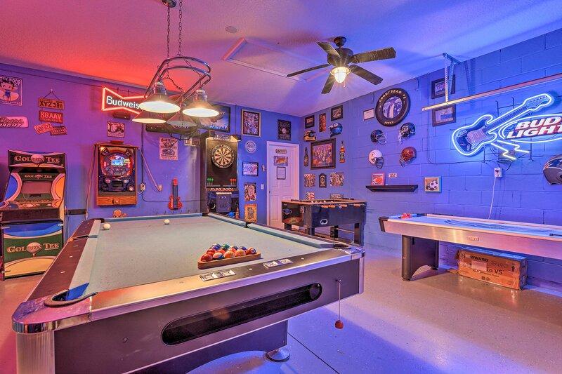 NEW! Chic Kissimmee Villa w/ Pool: 10 Mi to Disney, casa vacanza a Intercession City