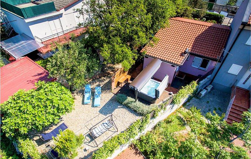 Stunning home in Crikvenica with Jacuzzi, WiFi and 4 Bedrooms (CKC596), aluguéis de temporada em Selce