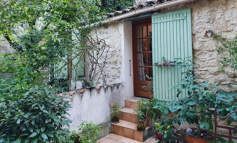 Charming gite in the heart of the old town of Forcalquier, location de vacances à Sigonce