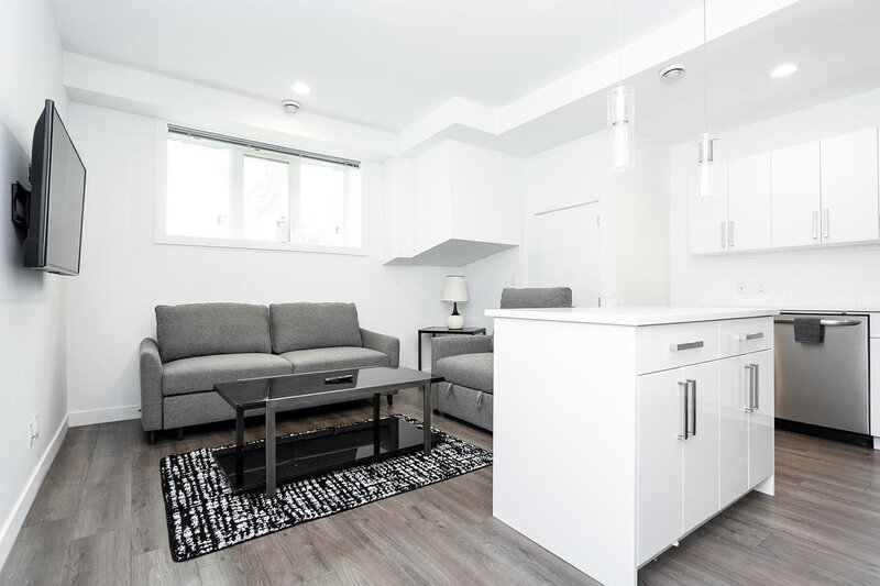 Cozy 2 Bedroom in Trendy Area W/ Parking, vacation rental in Winnipeg