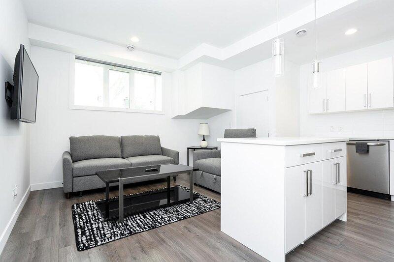 Cozy 2 Bedroom in Trendy Area W/ Parking, alquiler de vacaciones en Winnipeg