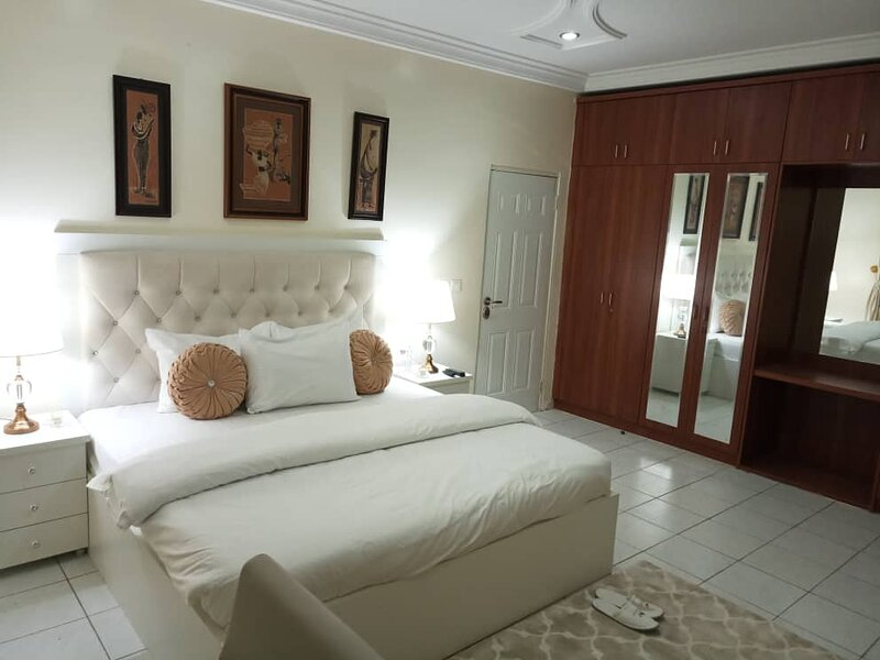 MARYLAND SHORTLET APARTMENT LUXURY 2- BED APARTMENT -FULLY FURNISHED & SERVICED, alquiler de vacaciones en Abuja