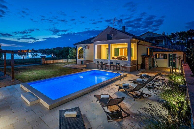 Beautiful Villa Curta, in Dalmatia, with a Pool, holiday rental in Privlaka