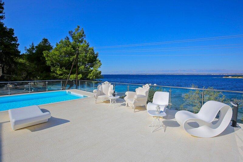 Seafront Villa Borna, in Dalmatia,with a Pool, alquiler vacacional en Lukoran