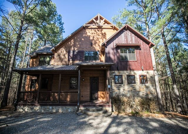 Pines In The Sky 4bdrm, 4.5 Bth, Hot Tub, Fireplaces, Air Hockey, Horseshoes, holiday rental in Broken Bow