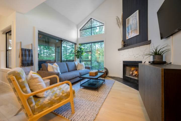 Elegant & Luxurious two level condo. Fireplace, in-suite laundry, free parking C, alquiler vacacional en Whistler
